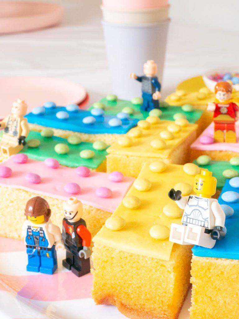 traktatie legoblokjes van cake